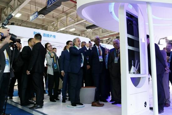 阿盟大使及参赞等嘉宾在(杭州)国际电子商务博览会上体验变啦APP和体脂秤